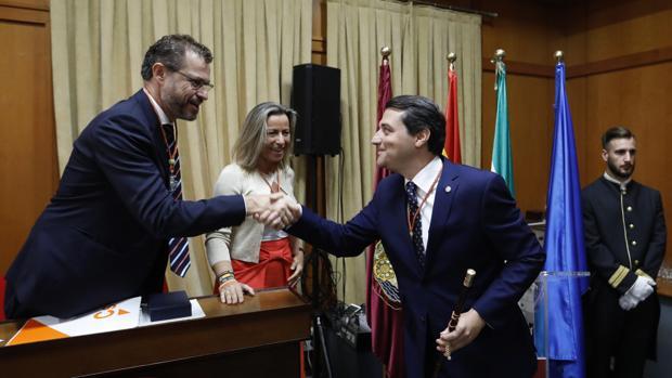 El alcalde, José María Bellido, saluda a los concejales de Ciudadanos en el Pleno de investidura