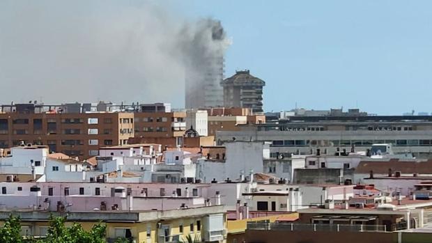 Vista parcial de la ciudad en la que se ve el edificio envuelto en una humareda