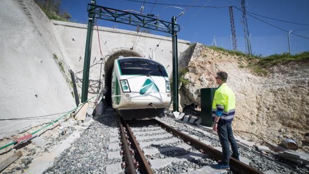 El AVE, a su paso por uno de los angostos túneles de Loja, en Granada.