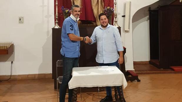 Momento de la firma con Luque Bonillo