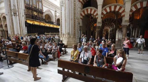 Un grupo de turistas en el interior de la Mezquita-Catedral