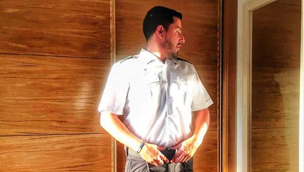 El agente Rafael Prieto vistiendo su uniforme para reincorporarse a la Policía