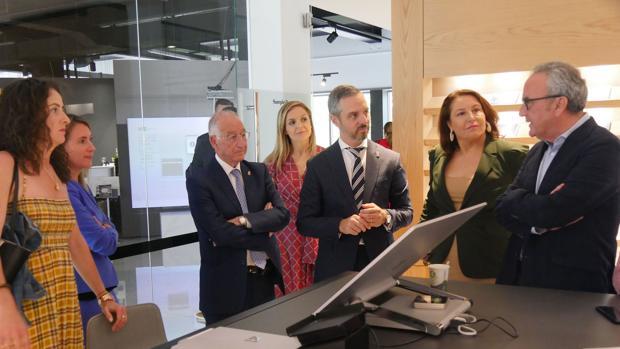 Representantes del Gobierno Andaluz han conocido el proyecto de ampliación de Cosentino