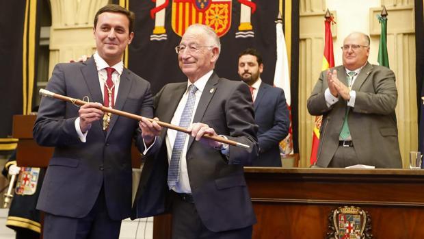 Javier A. García ha recibido la vara de la Diputación de manos del que fuera presidente, Gabriel Amat.