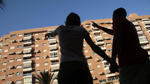 Una pareja busca pisos en alquiler