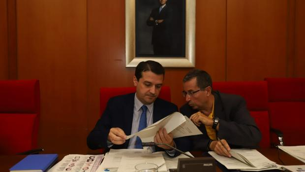 El alcalde, José María Bellido, conversa con el secretario, Valeriano Lavela, en el Pleno de ayer