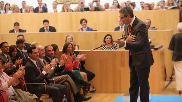 Francisco Salado con el bastón de mando recién elegido presidente de la Diputación de Málaga
