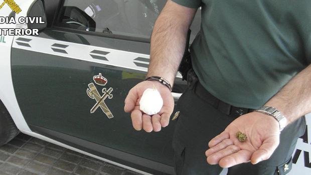 Un agente con droga intervenida en otra operación en una foto de archivo
