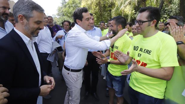 El presidente de la Junta, hoy saludando a los trabajadores de ABB de Córdoba