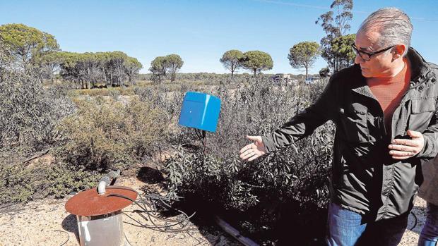 El presidente de la CHG muestra un pozo ilegal cerca de Doñan