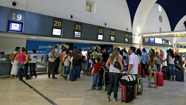 Viajeros en el aeropuerto de Sevilla