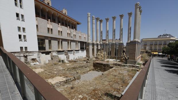 Estado del Templo Romano, con las obras paradas y repleto de hierbas