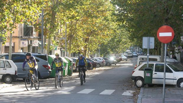 Tres ciclistas a bordo de sus bicicletas en la avenida de los Almogávares