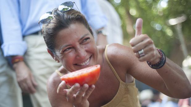 Sara Baras junto a un tomate de Huevo de Toro en Coín