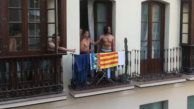 El grupo que tenía la bandera en el balcón del piso turístico