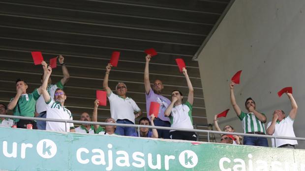 Aficionados del Córdoba CF protestan en medio de un partido