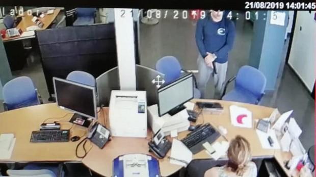 Captura de la oficina bancaria donde puede verse al atracador