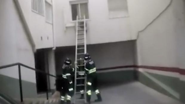 A través del parking los bomberos tuvieron que acceder a la vivienda junto a la Policía.