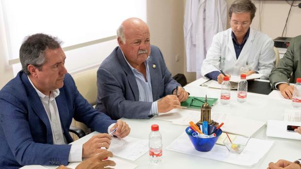 El alcalde de Sevilla, Juan Espadas, junto al consejero de Salud, Jesús Aguirre, ayer en Sevilla