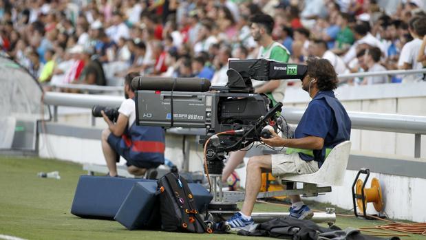 Un operador de cámara, en el estadio El Arcángel