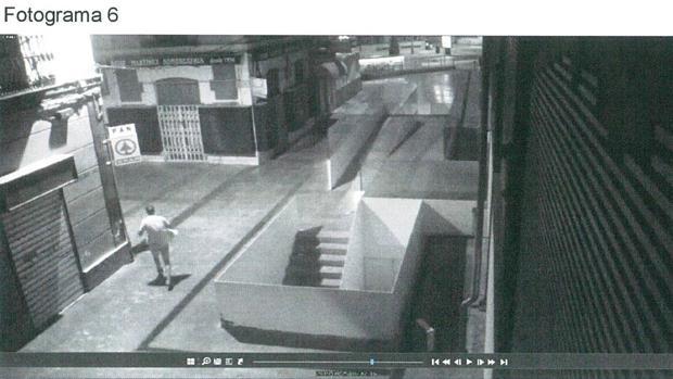 El sujeto huyendo de la escena del delito