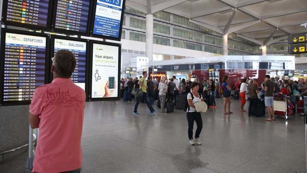 Un pasajero mira los vuelos en el aeropuerto de Málaga