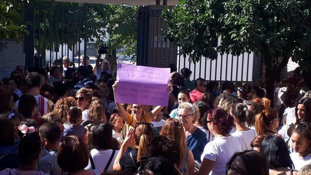 Protesta de padres y alumnos esta mañana en Nueva Carteya