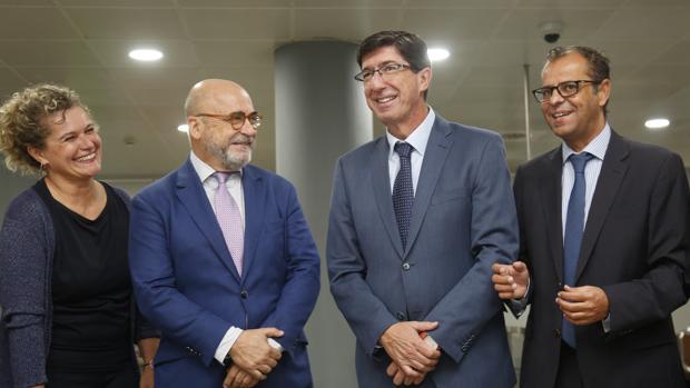 Pilar Querol, Carlos Rosado, de la Andalucía Film Comission, Juan Marín, vicepresidente de la Junta, y Juande Mellado, director general de la RTVA