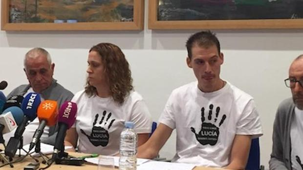 Los padres de Lucía en una de las ruedas de prensa que dieron antes de que se cerrara el caso