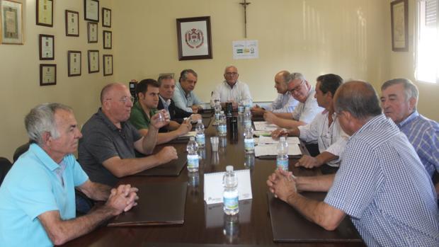 Reunión de dirigentes de la D.O. de Aceite de Baena, agricultores y representantes de UPA