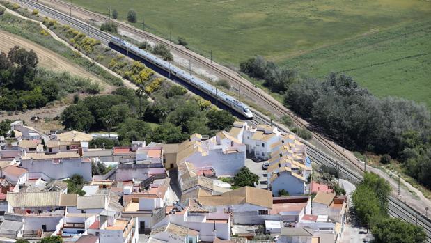Tren de Alta Velocidad a su paso por Almodóvar del Río