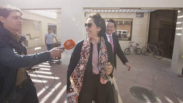 La exconcejal del PP en Granada, María Frances, a la salida de los juzgados.