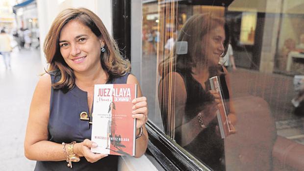 Mercedes Benítez con su libro, este miércoles en la puerta del Círculo Mercantil, donde lo presentó