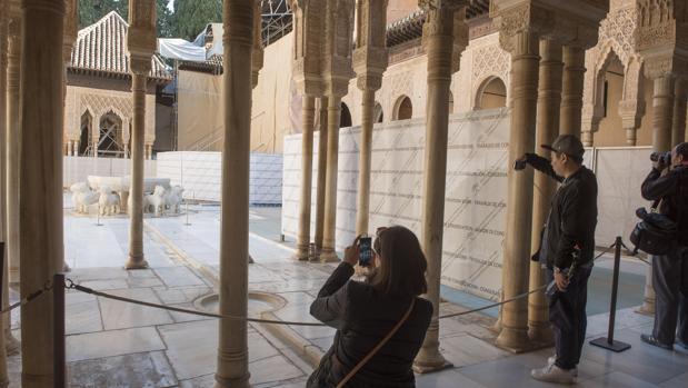 Unos turistas fotografían el Patio de los Leones de la Alhambra