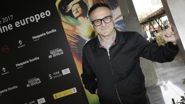 José Luis Cienfuegos junto al cartel del festival que diseñó María Cañas