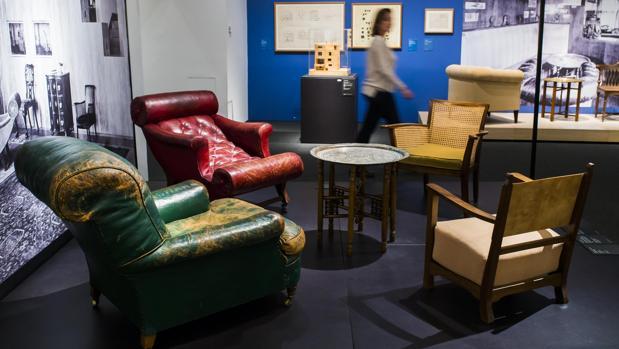 La muestra reúne más de 120 muebles concebidos o seleccionados por Loos entre 1899 y 1931 para sus espacios interiores