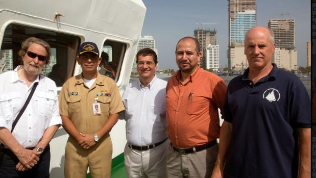 De izquierda a derecha, el cazatesoros Roger Dooley (MACS), el capitán del buque, Juan Manuel Vargas (Ministerio de Cultura);Ernesto Montenegro (director del ICAHN) y Mike Purcell (ingeniero de WHOI)