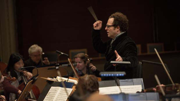 John Axelrod dirigiendo a la ROSS en un concierto