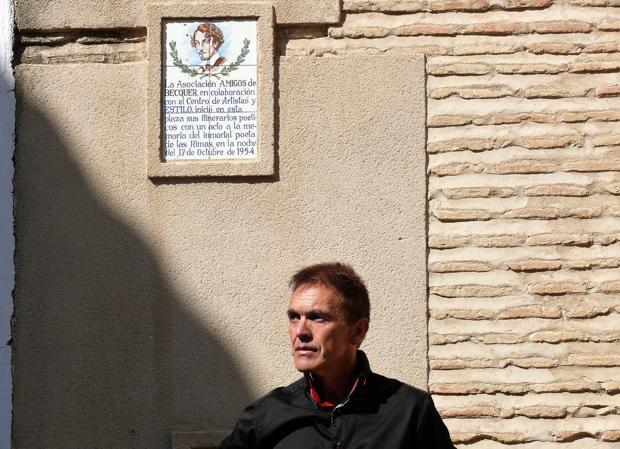 Mariano Fernández Urresti, junto a una placa dedicada a Bécquer en Toledo