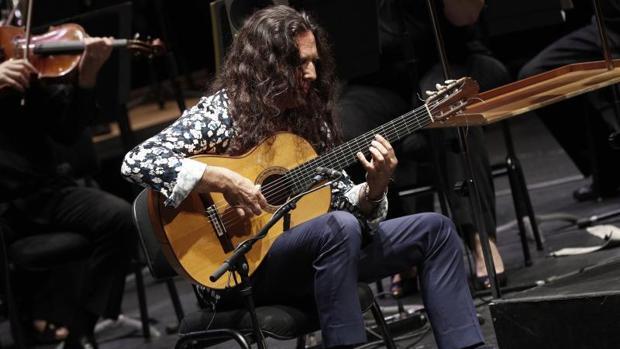 El guitarrista Tomatito, acompañado por la Orquesta Sinfónica de Navarra durante su actuación