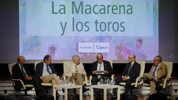 Los participantes en la mesa redonda en Cajasol