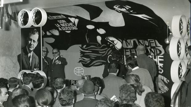 Manuel Ferrand oculto por el público firmando ejemplares de «Con la noche a cuestas» en 1968