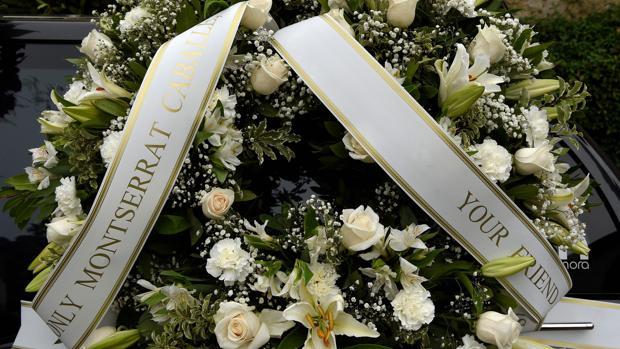 Detalle de una corona de flores en memoria de Montserrat Caballé