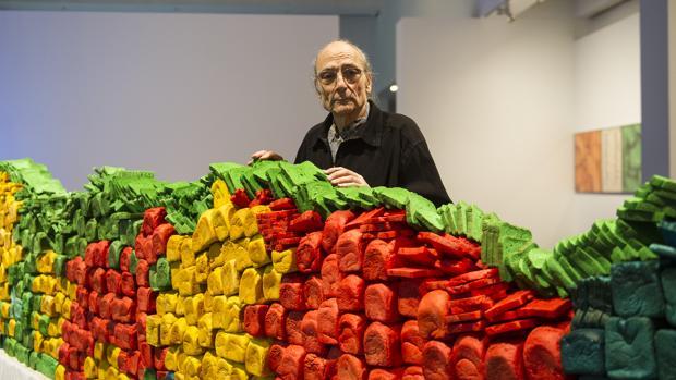 Miralda posa junto «Breadline», una de las obras que exhibió el Macba en 2016