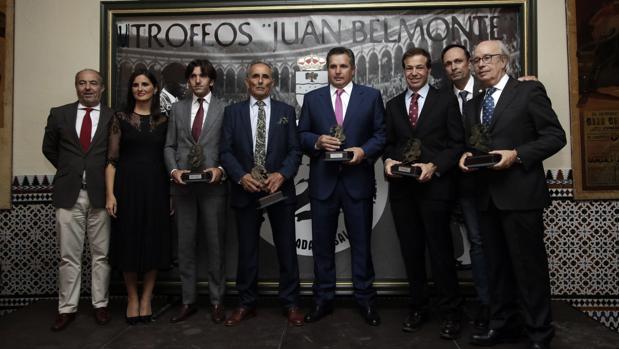 Foto de familia de los premiados en la Real Venta de Antequera