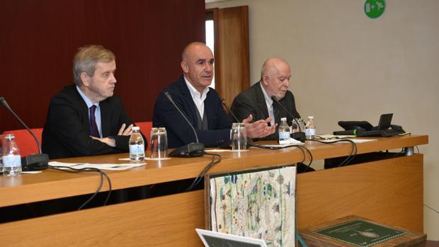 Manuel Ravina, Antonio Muñoz y Juan Gil en la presentación del libro