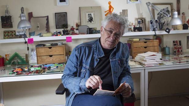 Javier Pagola en «su estudio», una recreación hecha ex profeso para esta exposición