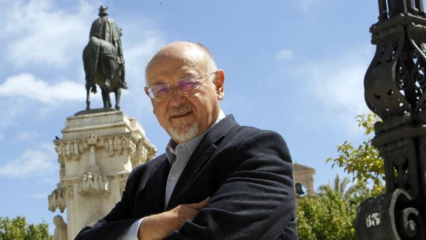 Juan Eslava Galán en una imagen reciente tomada en Sevilla