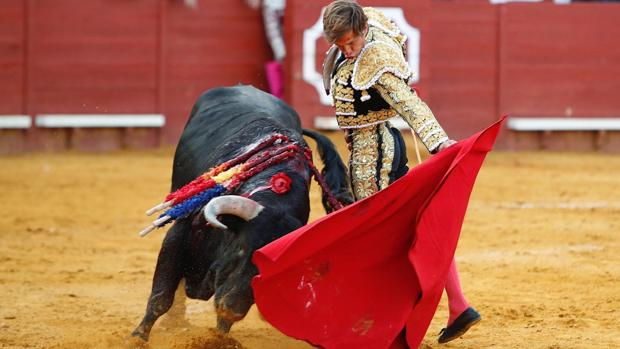 El Juli en su faena con la muleta durante la corrida celebrada en la plaza de toros de Jerez de la Frontera