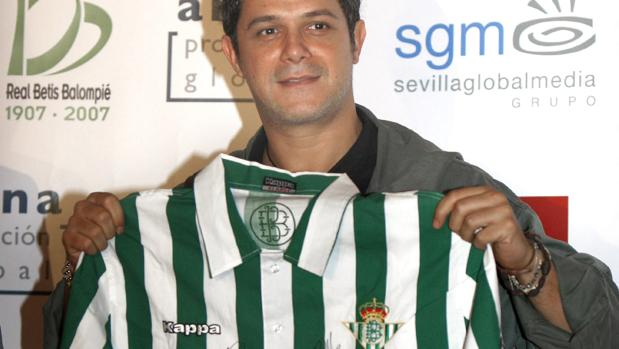 Alejandro Sanz posa con la camiseta del Betis